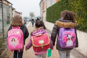 Enfants allant à l'école